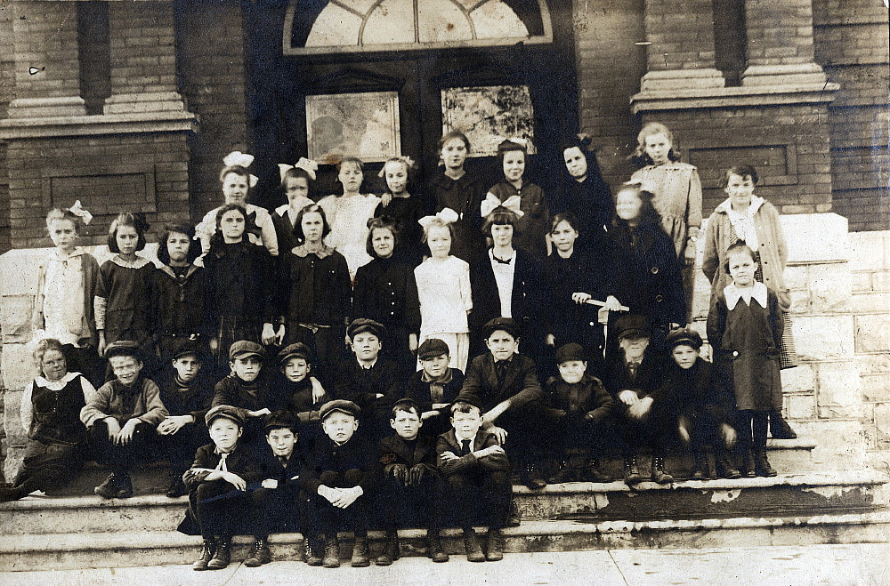 School class in Smiths Falls, 1917-18